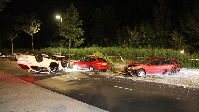 Het had wat weg van een dominospel: de auto ramde eerst een taxibus, daarna een andere auto, die op zijn beurt weer een boom en een geparkeerde auto ramde aan de Loosduinseweg. De witte auto kwam uiteindelijk op z'n kop terecht.