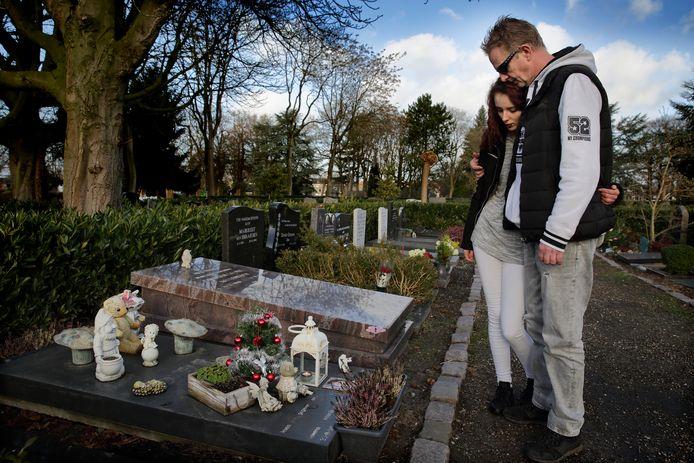 Rochelle met haar vader Martin Huisman bij het graf van de in 2001 vermoorde Rowena Rikkers.