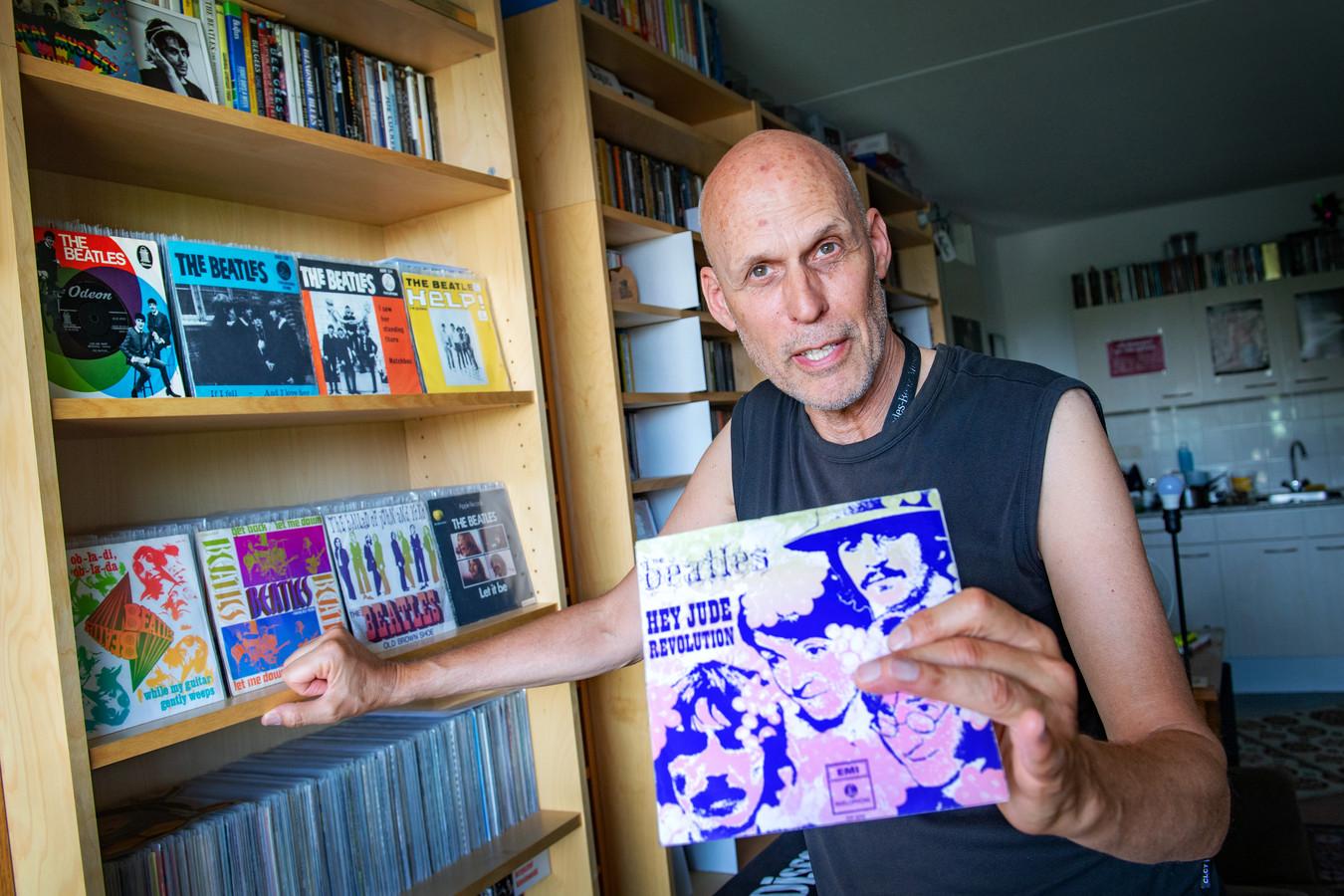 Alwin Boon met zijn Beatles-verzameling.