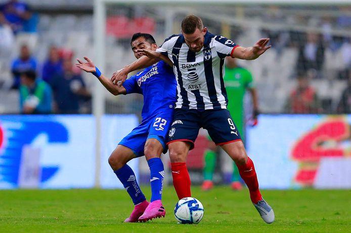 Vincent Janssen (r) namens Monterrey in actie tegen Cruz Azul.
