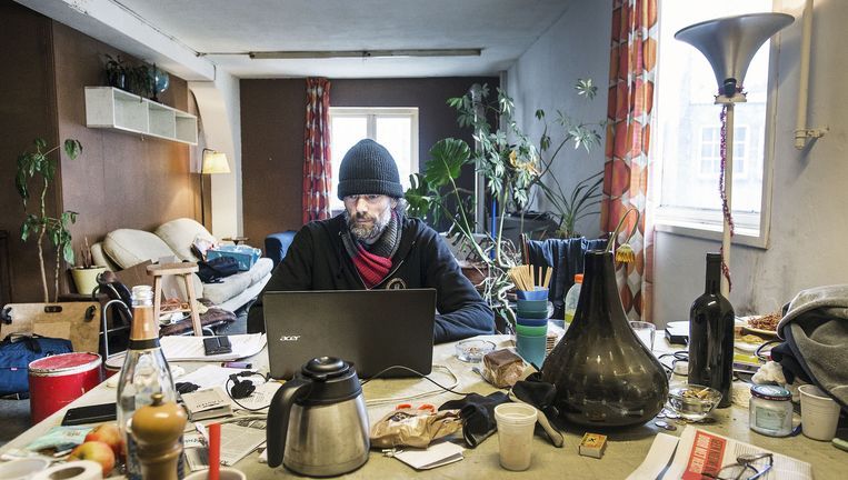 Mark Bakker (42), cameraman en muzikant, in het Slangenpand aan de Spuistraat in Amsterdam. Beeld Guus Dubbelman / de Volkskrant