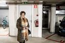 Dora Raijmakers bij haar auto in de bewoonde parkeergarage. Achter de open deur naast haar auto sliepen een man en een vrouw. foto Paul Rapp