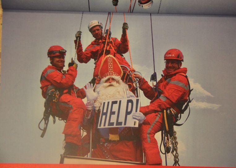 De maand december: Sinterklaas wordt door het RED-team van het dak gehaald.