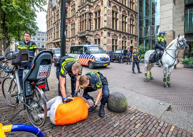 In Den Haag moest de politie donderdag in actie komen bij een demonstratie tegen de coronamaatregelen. Beeld Raymond Rutting