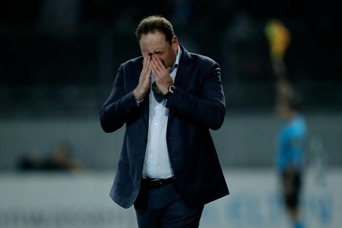 Leonid Sloetski baalt langs de lijn bij Vitesse tegen Sparta.