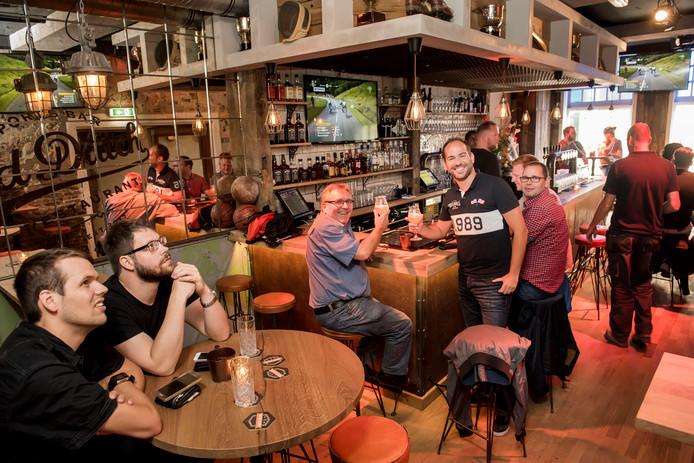 LOCATIE: BREDA - DATUM: 17/07/14 - FOTOGRAAF: EDWIN WIEKENS - Wielerliefhebbers kijken naar de Tour de France in sportsbar & restaurant Old Dutch.