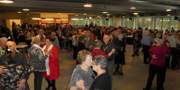 Zo'n 400 senioren zakten af naar het carnavalsfeest in de Bevegemse Vijvers.