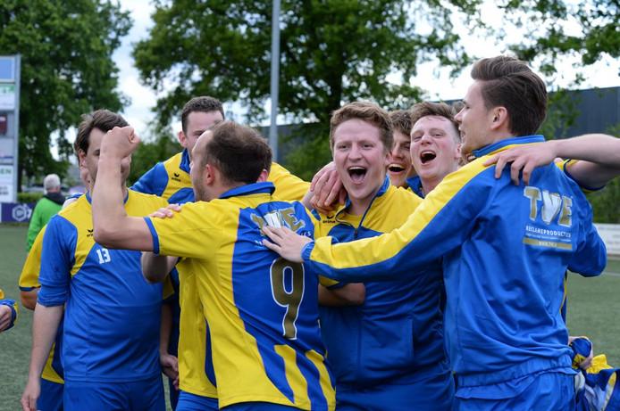 Voetbal: Nijnsel v Avesteyn: Nijnsel  L-R Nijnsel viert de overwinning met Stefan Hulsen of Nijnsel  Vierde Klasse