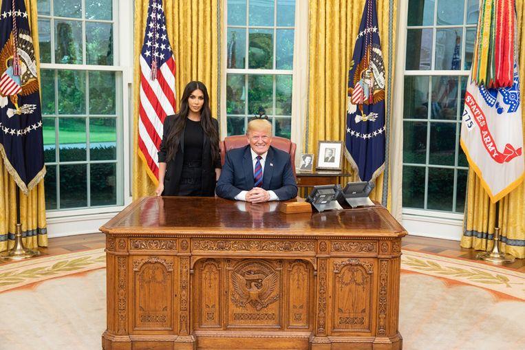 President Trump besprak de gratieverlening aan Alice Johnson vorige week in het Witte Huis met realityster Kim Kardashian, die pleitte voor haar vrijlating. Beeld White House