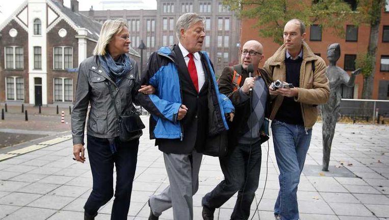 Voormalig rechter Hans Westenberg (2eL) arriveert bij de rechtbank voor het getuigenverhoor over het lekken van een dossier in de Chipshol-zaak. De twee Haagse oud-rechters Pieter Kalbfleisch en Hans Westenberg zijn vrijgesproken voor het liegen onder ede in de zogenoemde Chipsholzaak. Beeld anp