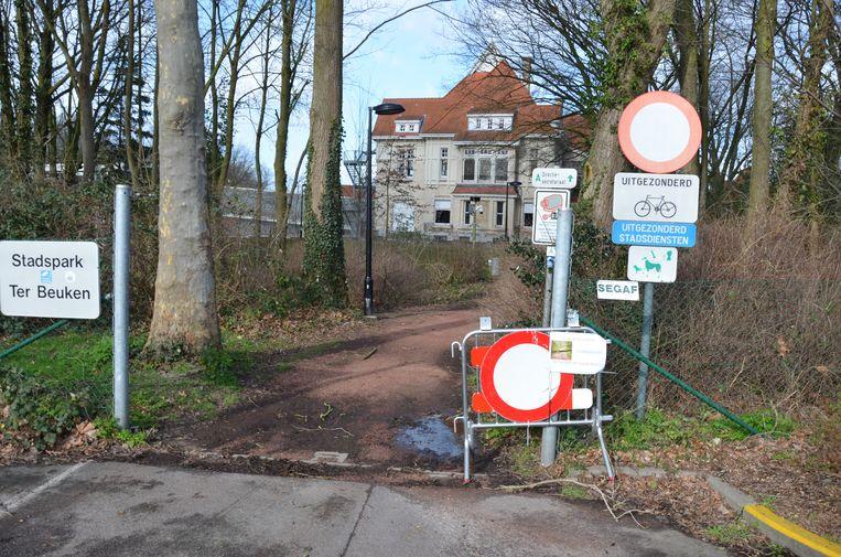'Park afgesloten - betreden op eigen risico' staat te lezen aan een ingang van Park Ter Beuken.
