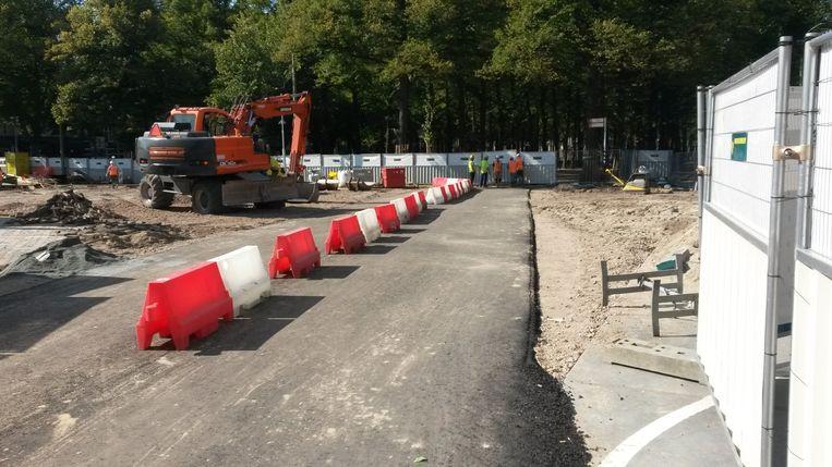 Bouwers sluiten de wegwerpweg voor de koning af voor verkeer anders dan koninklijke koetsen. Beeld Haagse redactie Volkskrant