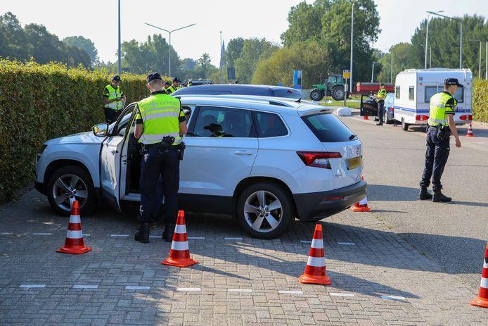Automobilisten werden door politiemotoren naar een controleplek langs de N212 gedirigeerd.