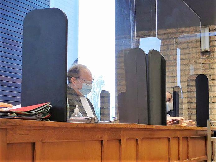 Politierechter Johan Van Laethem in coronatijden achter plexiglas en met mondmasker.