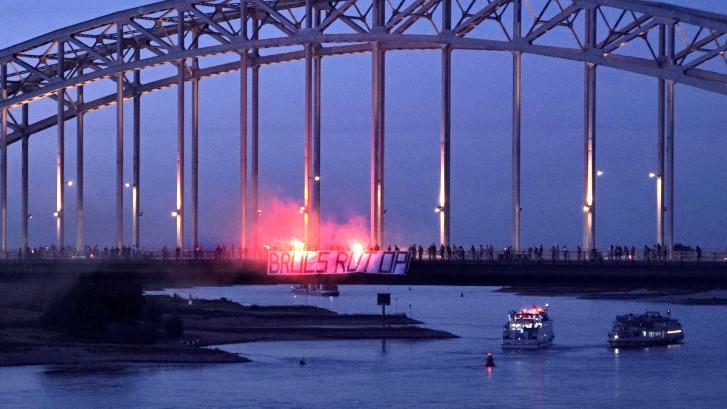 'Bruls rot op': Harde kern NEC hangt bij  vuurwerk spandoek op Waalbrug