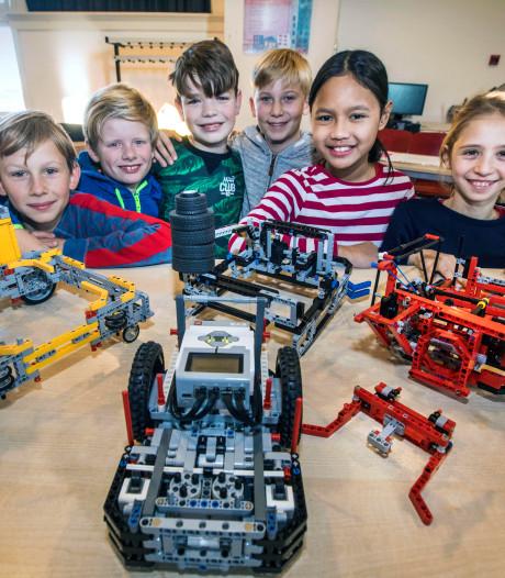 Kinderen bouwen robots van Lego voor grote wedstrijd