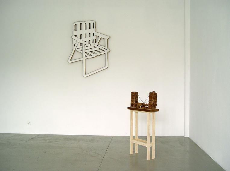 Aan de muur Novel Model Water Folding Chair van Ian Page, vooraan de Tower Bridge van chocola door Salim Bayri. Beeld Galerie Van Gelder
