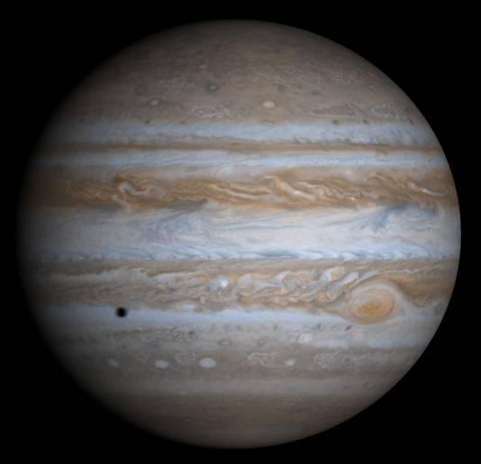 Jupiter zoals de planeet het bekendst is: oranje-rood met horizontale strepen en 'grote rode vlek'.