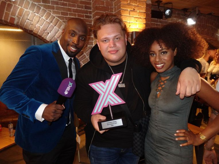In het midden: Stacey Walroud, ofwel Esko, winnaar Best Producer. Met de FunX-dj's Fernando Halman en Eva Cleven. Beeld Schuim