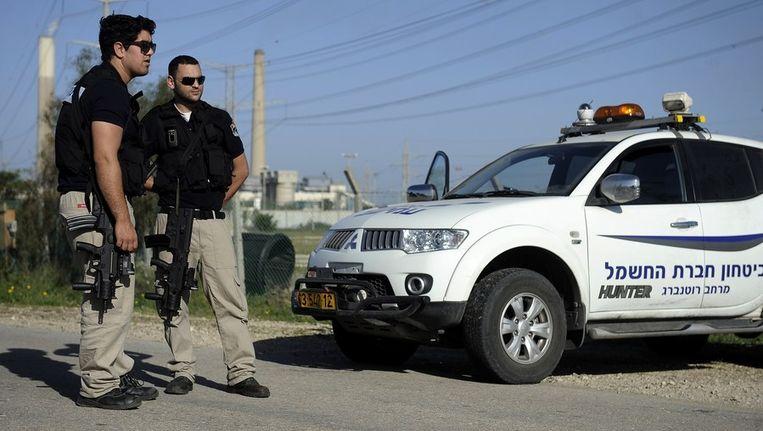 Politie doet onderzoek bij de weg in Ashkelon waar de raket insloeg. Beeld afp