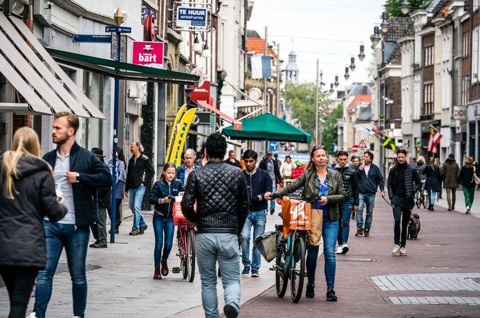 Winkelend publiek op een zondagmiddag in het centrum van Den Bosch.