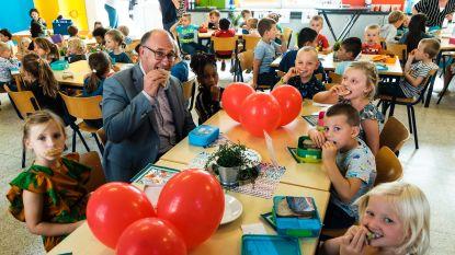Burgemeester mee aan tafel tijdens de lunchpauze in vernieuwd restaurant
