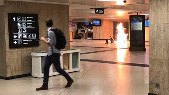 De kleine ontploffing in station Brussel-Centraal, die door voorbijganger Remy Bonnaffe gefilmd werd.