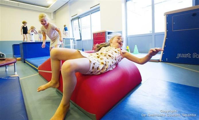 Maud (op de voorgrond) en Lotte doorlopen de nieuwe bobbelbaan