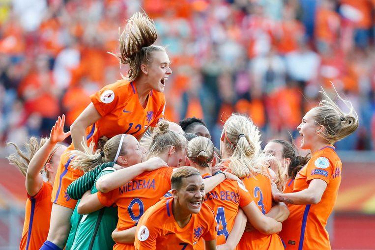 De speelsters van het Nederlands vrouwenelftal juichen na het winnen van de finale tussen Nederland en Denemarken van het EK vrouwenvoetbal in Enschede. Beeld ANP