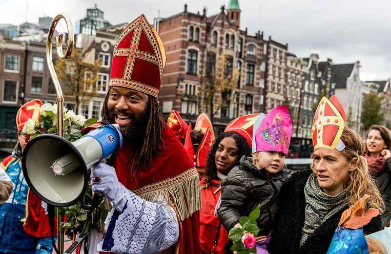'Blijf niet hangen in negatieve dingen. De Nieuwe Sint brengt positiviteit.' Beeld anp