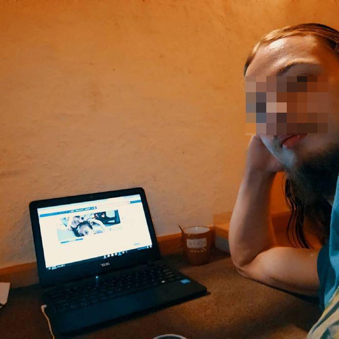 Nog een foto van de man op hetzelfde Facebookprofiel.