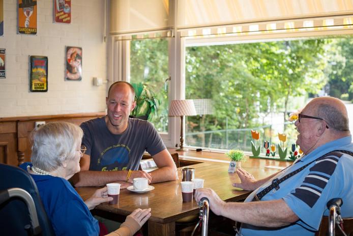 Edward Molkenboer in gesprek met twee ouderen.