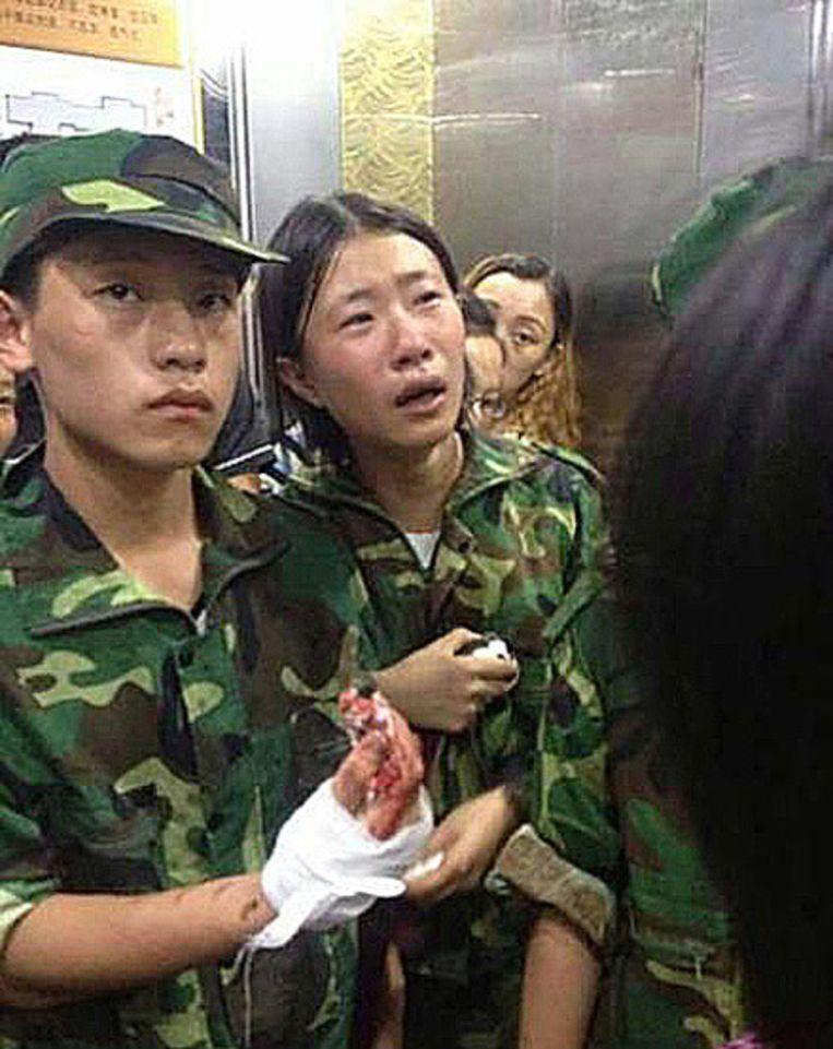 Tientallen 16-jarige Chinezen raakten tijdens een knokpartij gewond. De beelden werden verspreid via sociale media. Beeld still uit film
