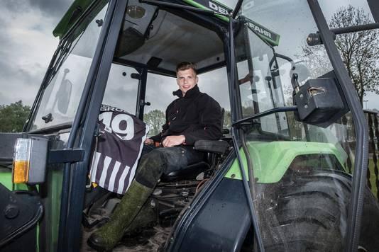 Niek Versteegen in de tractor, nog in zijn periode als speler van Achilles'29. De Limburger heeft een eigen hoveniersbedrijf.