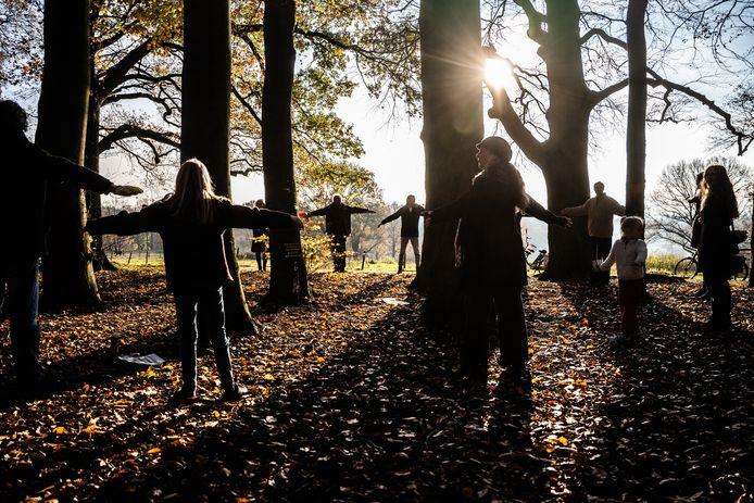 Tegenstanders van het kappen van 800 bomen in Park Klarenbeek in Arnhem vormen symbolisch een beschermde kring aan de rand van het bos.
