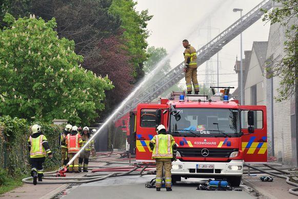 De brandweerlui van de zone Fluvia blijven dringende interventies, zoals hier enkele weken geleden een brand in Beveren-Leie, met volle overgave afwerken.