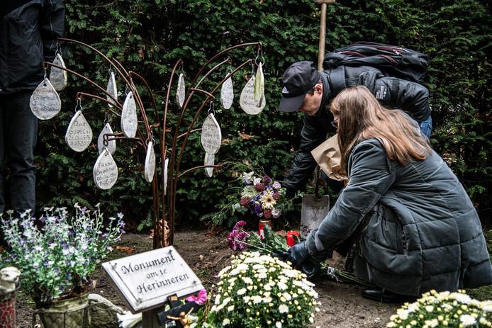 De as van Jarek wordt begraven tijdens de viering op begraafplaats Jonkerbos.