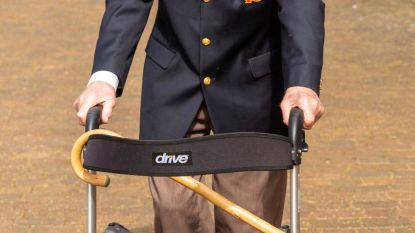 Britse oorlogsheld (99) wandelt met rollator bijna 15 miljoen euro bij elkaar voor zorgsector