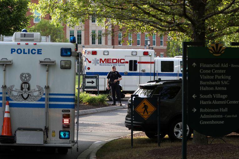 Politiewagens en ambulances op de campus.