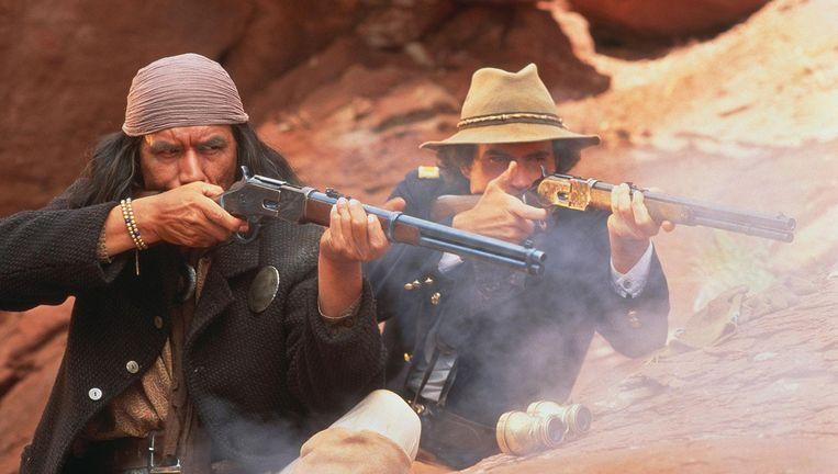 Wes Studi als Geronimo (links) en Jason Patric a;s Lt. Charles Gatewood Beeld