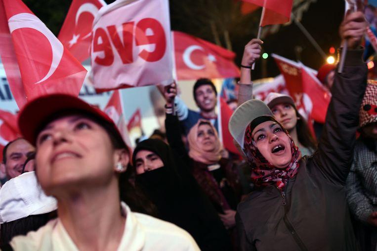 Aanhangers van president Erdogan vieren feest in Istanbul. Beeld AFP