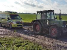 Ambulance zelf in de problemen, tractorbestuurder schiet te hulp