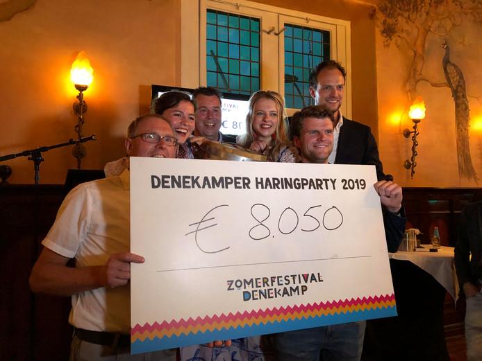 Met een bod van 8050 euro mocht Schulte Energie & Techniek zich de winnaar noemen van het eerste vaatje nieuwe haring op de Denekamper Haringparty.