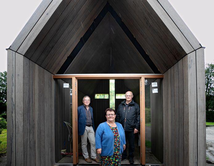 Ricus Looijmans, Nelly van Houts en Jo van Diepen (vlnr) van de Eindse locatieraad bij het nieuwe kapelletje.