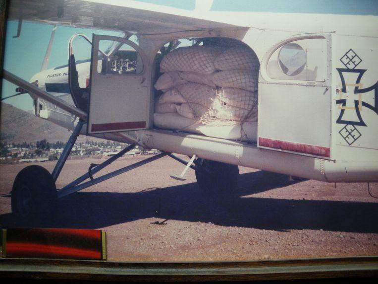 Een Pilatus-vliegtuig volgeladen met hulpgoederen.