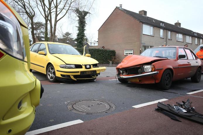 De auto's raakten flink beschadigd bij de botsing in Rijen.