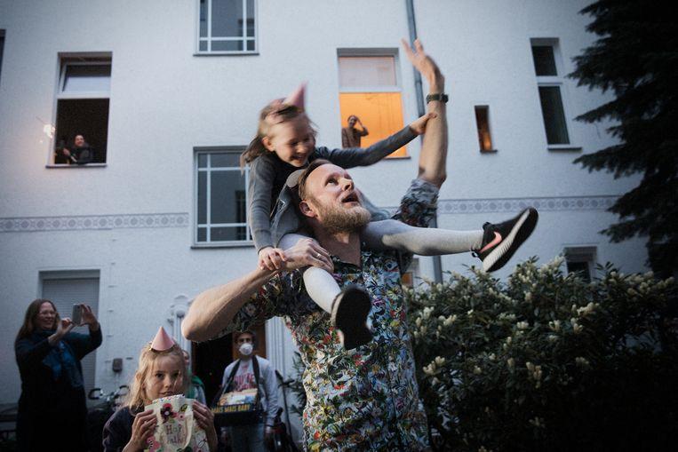 De familie Gustafsson bedankt de buren voor het verjaardagsfeestje voor dochter Elly.  Beeld Daniel Rosenthal / de Volkskrant