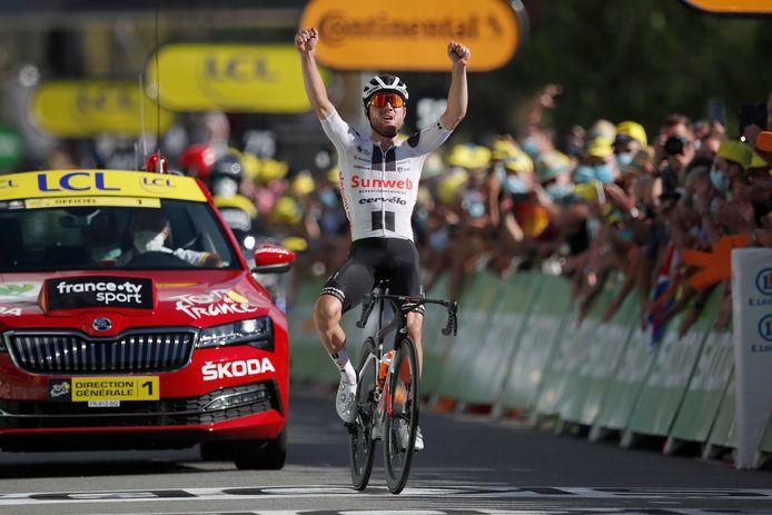 Hirschi viert zijn overwinning.