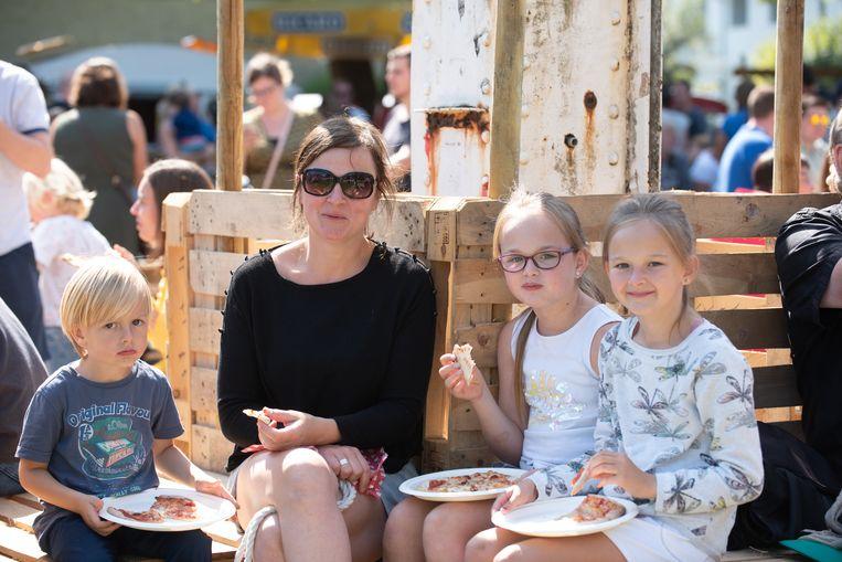 Gies, Lien, Nimke en Fenne smullen van hun pizza terwijl ze al dromen van wat ze straks eens zullen proeven.