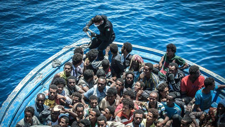 Archieffoto van bootvluchtelingen op de Middellandse Zee.